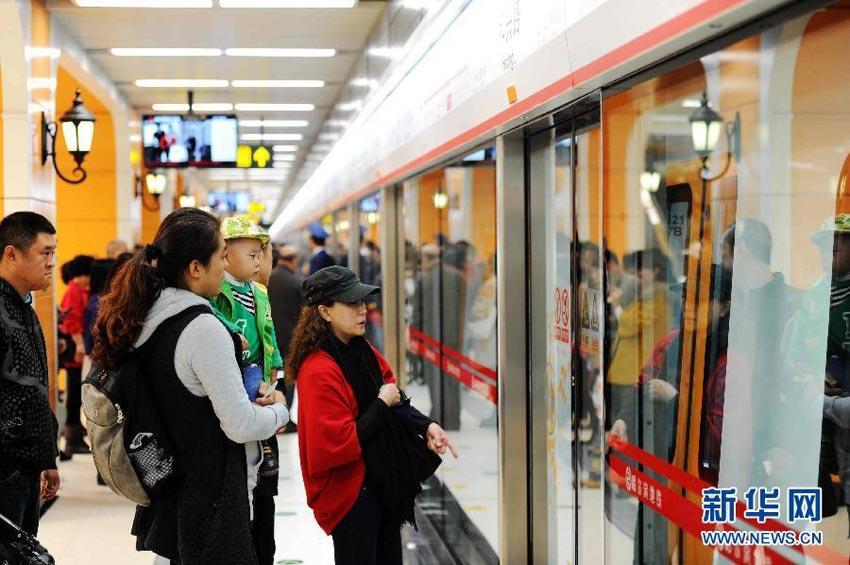 地铁 哈尔滨/9月26日,市民在哈尔滨地铁1号线和兴路站准备上车。新华社记者...
