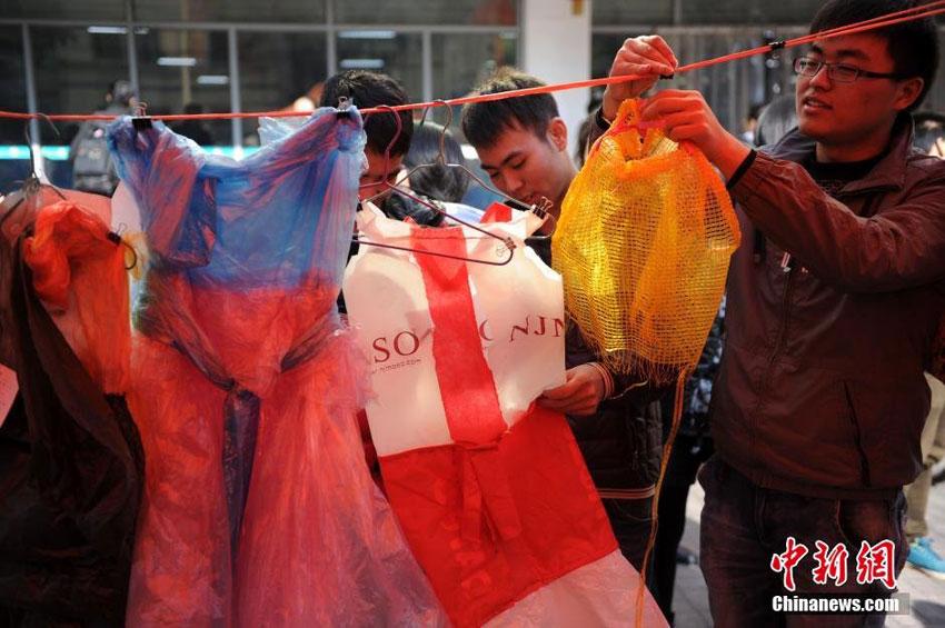高清:安徽学生上演另类服装秀 废物变美衣 低碳环保