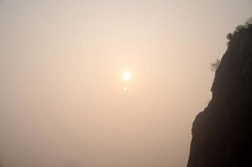 """中国104市重污染 温州雾霾浓重呈现""""双太阳"""""""