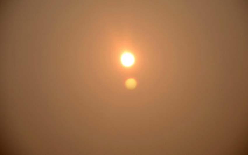 12月7日,浙江温岭市出现雾霾天气,气象局发布霾黄色预警,温岭城市道路和楼房在雾霾里则显得若影若现,透过雾霾,有市民见到了短暂的两个太阳的现象。