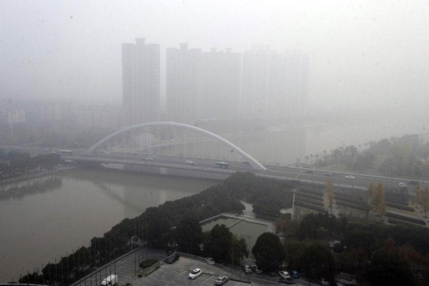 12月7日,雾霾笼罩下的宁波琴桥。 新华社发(龚国荣摄)