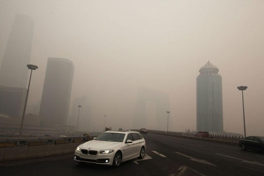 12月8日,北京持续雾霾天气。早晨,站在东三环国贸桥西南角,桥区不远处的中央电视台新址大楼基本看不见,国贸三期大楼也是蒙蒙胧胧。
