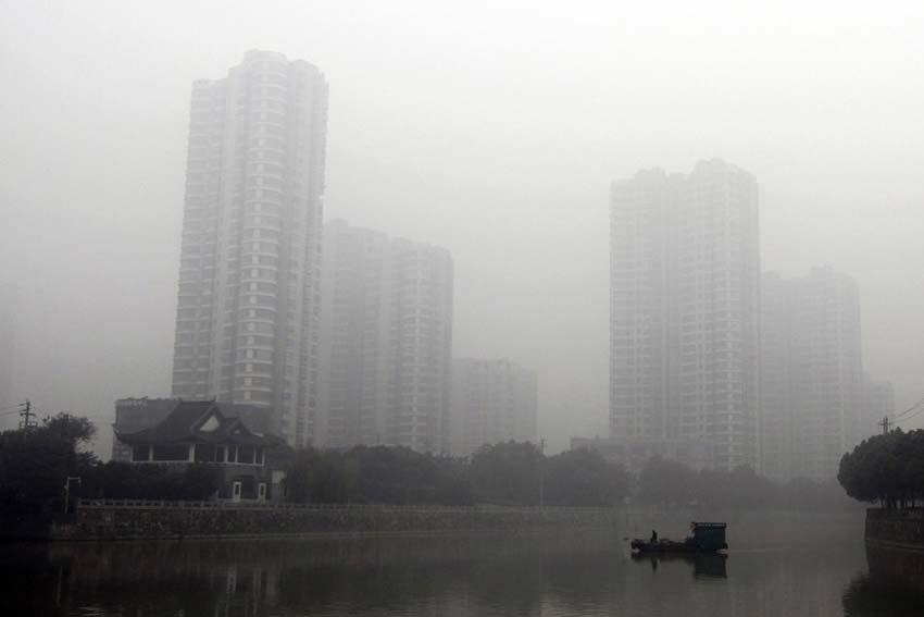 12月7日,江苏常州市的楼房在大雾笼罩下若隐若现。新华社发(陈暐 摄)