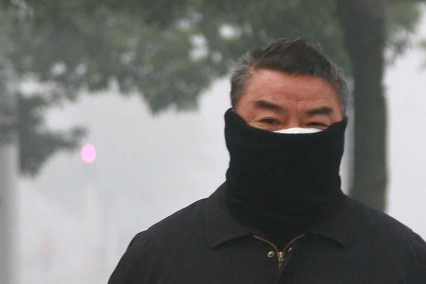 """12月7日,扬州街头市民为避大雾成""""蒙面客""""。"""