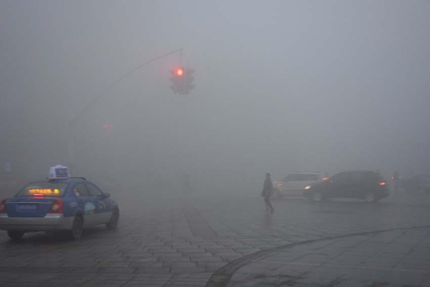 12月7日,雾霾笼罩下的安徽省芜湖市区。