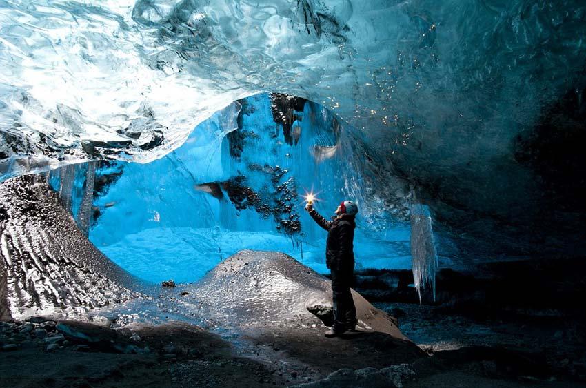 英摄影师拍摄冰岛冰洞奇景