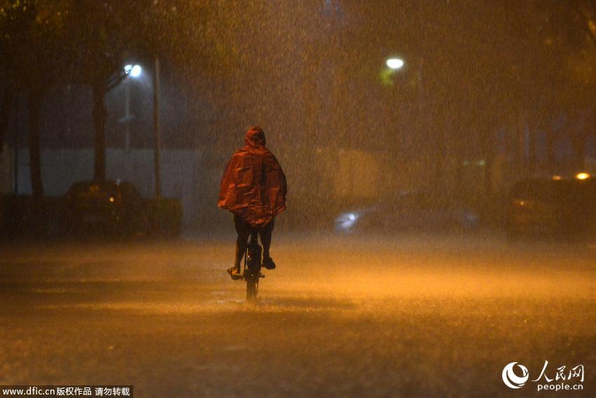 深圳发布暴雨红色预警 深圳机场被水浸
