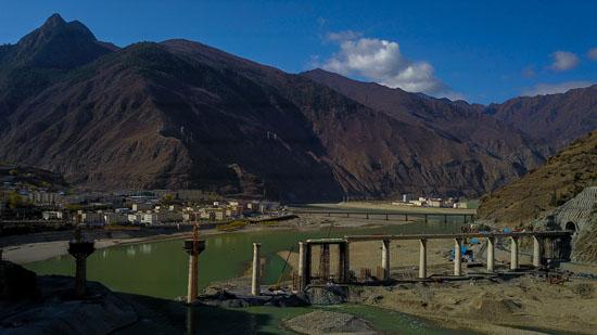 3月31日,隨著川藏鐵路拉薩至林芝段最長的隧道長達17.324公裡的達嘎拉隧道全面展開施工,總長403.144公裡的拉林鐵路全線進入攻堅階段,計劃今年9月正式開始鋪軌,2021年建成通車。 由中鐵十八局集團承建的拉林鐵路達嘎拉隧道位於西藏林芝地區朗縣洞嘎鎮,全長17.324公裡,隧道地處雅魯藏布江縫合帶,最大埋深達1760米,洞內軟岩大變形、岩爆、高地溫以及突水等不良地質廣為分布,是拉林鐵路全線的重難點控制性項目,工程極其艱巨。 中鐵十八局集團拉林鐵路工程指揮部指揮長李正士告訴記者,拉林鐵路地處歐亞板塊