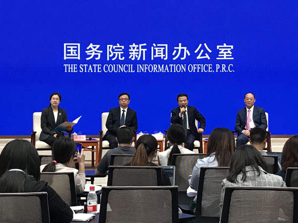 民营企业家走进国新办新闻发布厅与中外记者交流高质量发展