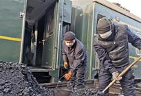 绿皮火车上煤工