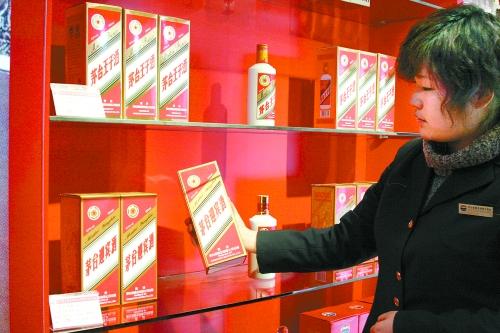 圳园岭分店白酒销售主管称,该店53度茅台库存只有2瓶,在沃尔玛