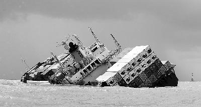 200只油桶落入海中,船上原油泄漏